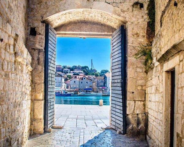 gates-of-trogir-blue-lagoon-tour