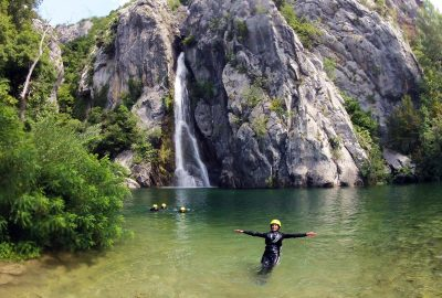 Enjoying the lake of Cetina by the large waterfall