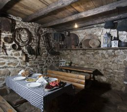 insidetraditionaldalmatiantavern-hikingtoursplit