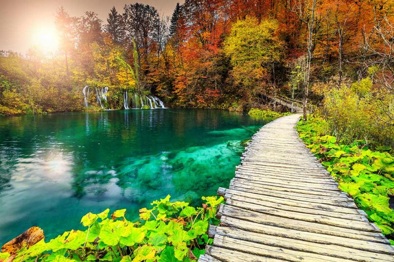 park-trail-over-plitvice-lakes