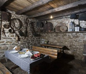 insidetraditionaldalmatiantavern-hikingtoursplitcroatia