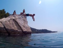 SeaKayakingTourSplit-cliffjumping-refreshmenttime