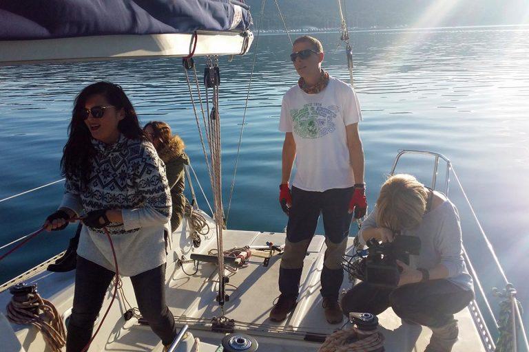 liftingthemainsail-sailingtour
